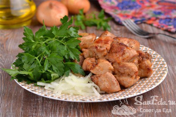 Жареная свинина с луком на сковороде