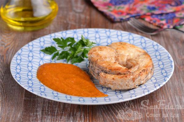 Жареная щука с луковым соусом