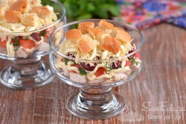 Куриный салат с фасолью, сыром и сухариками