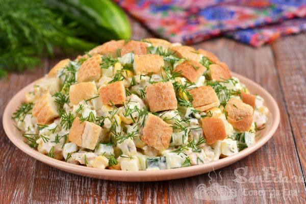 Куриный салат с кукурузой, сыром и сухариками