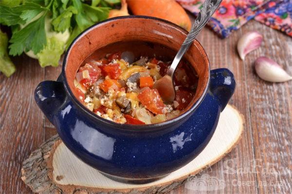Овощи с сыром и сметаной в горшочках