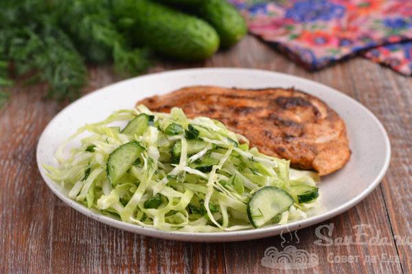 Салат из молодой капусты с огурцом и зеленью