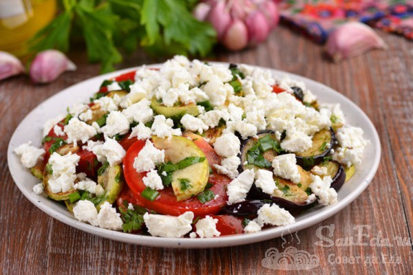 Салат с баклажаном, кабачком и сыром фета