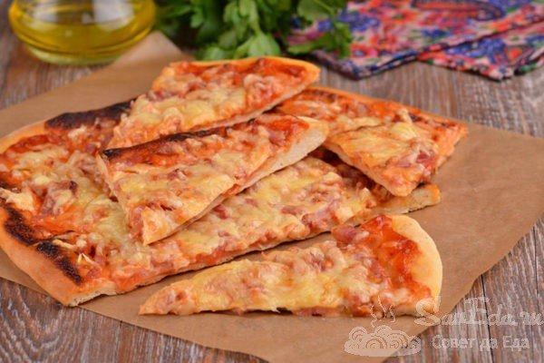 Тонкая пицца с ветчиной и помидорами