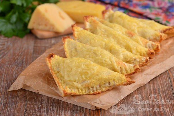 Конвертики из хлеба с колбасой в духовке
