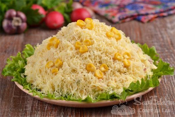 Куриный салат со свежей кукурузой и сыром
