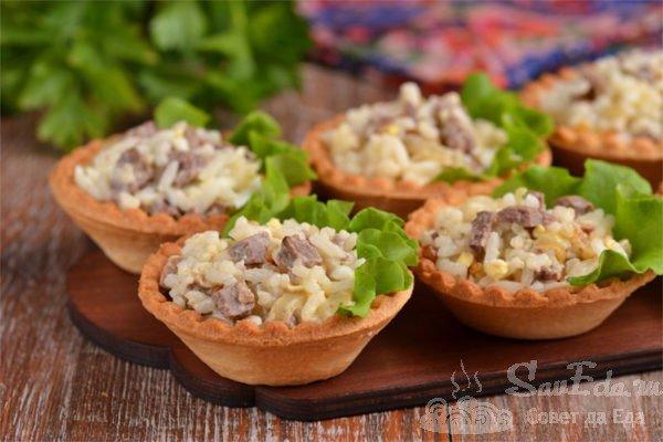 Салат с печенью трески и рисом в тарталетках