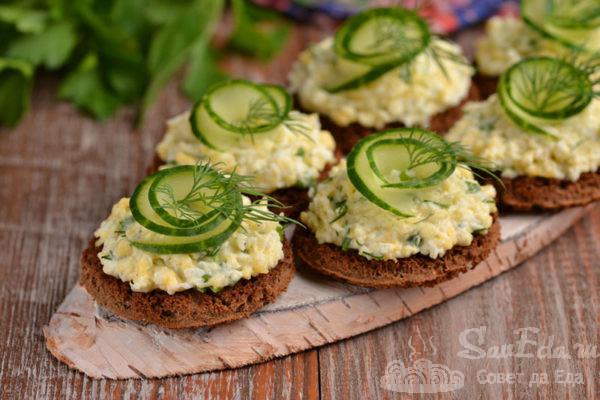 Закусочные бутерброды с сыром и яйцом