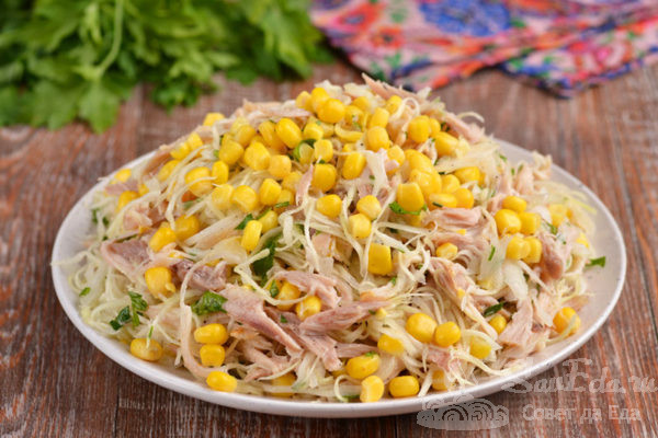 Куриный салат с капустой и кукурузой