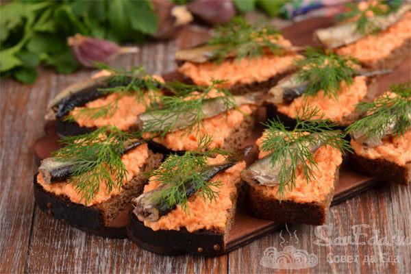 Бутерброды со шпротами и свежей морковью