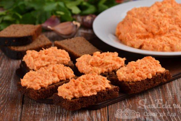 Салат-закуска из свежей моркови с сыром