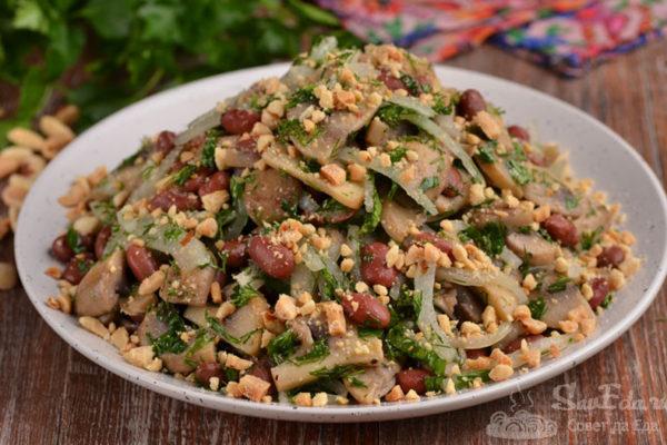 Грибной салат с фасолью и луком