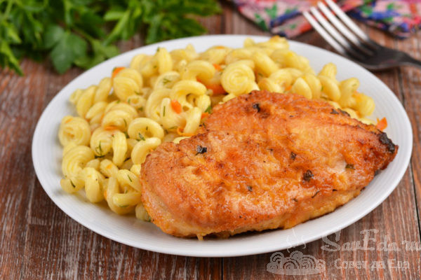 Сочное куриное филе в панировке на сковороде