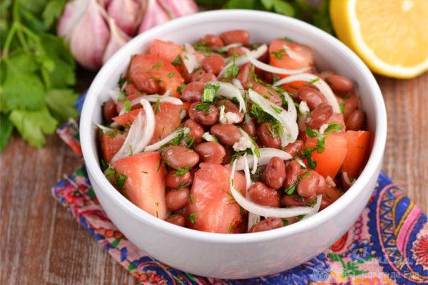 Салат из помидор с красной фасолью