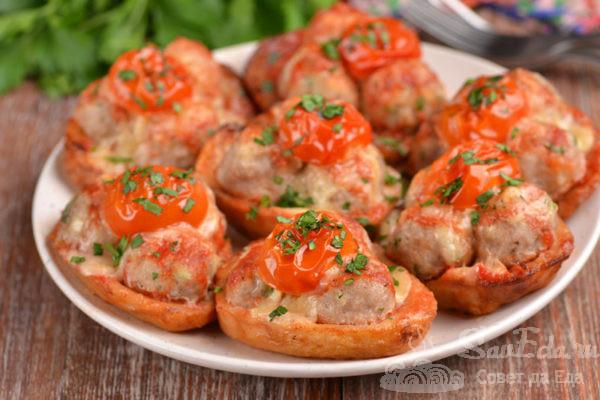 Картофель с фрикадельками и сыром в духовке