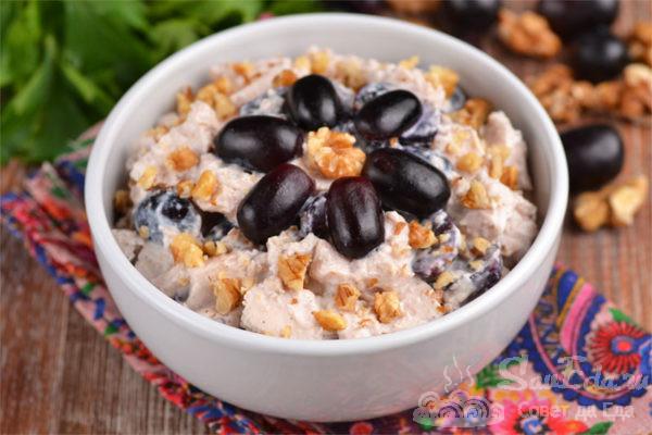 Салат из курицы с виноградом и йогуртом