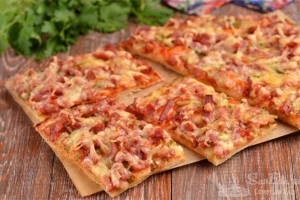 Быстрая пицца на лаваше с колбасой и огурцами
