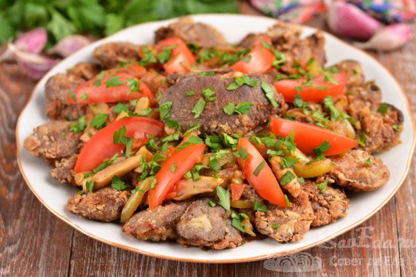 Куриная печень с грибами и овощами