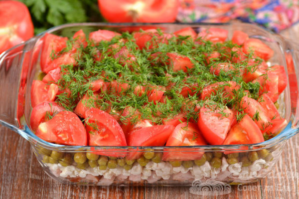 Мясной салат с творогом и помидорами