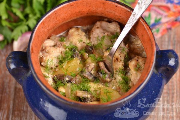 Жаркое из индейки с грибами в горшочках