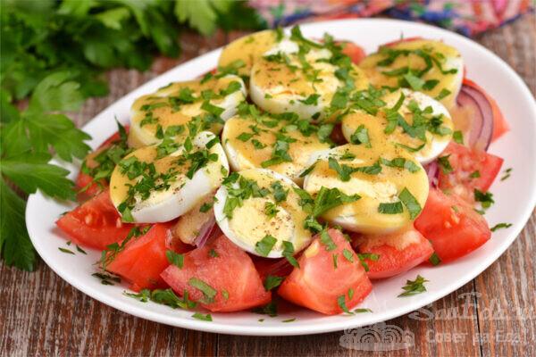 Салат из помидоров и яиц с горчицей