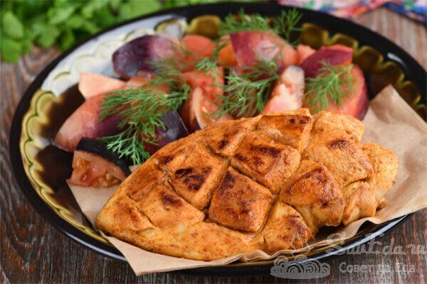 Филе куриной грудки в пергаменте на сковороде