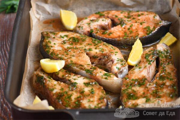Красная рыба с чесночным соусом в духовке