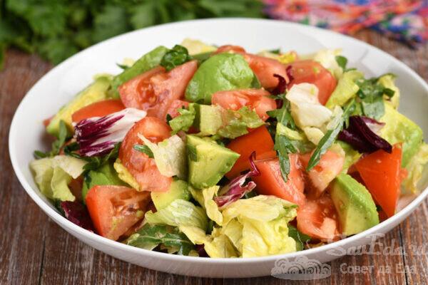 Быстрый салат с помидорами и авокадо