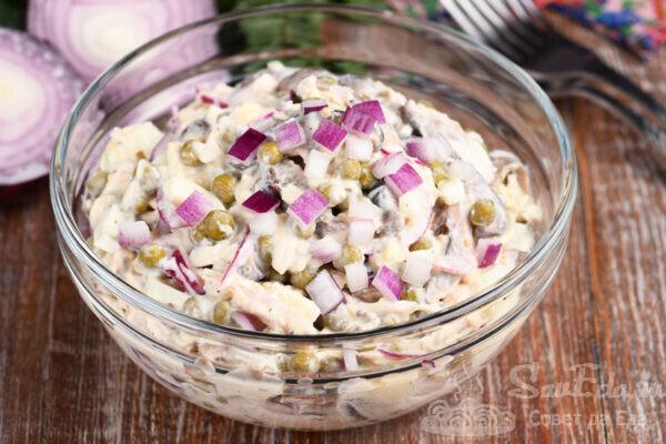Куриный салат с грибами и йогуртом