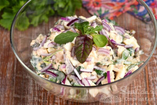 Рыбный салат с солеными огурцами и йогуртом
