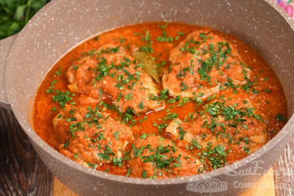 Курица в овощном соусе на плите