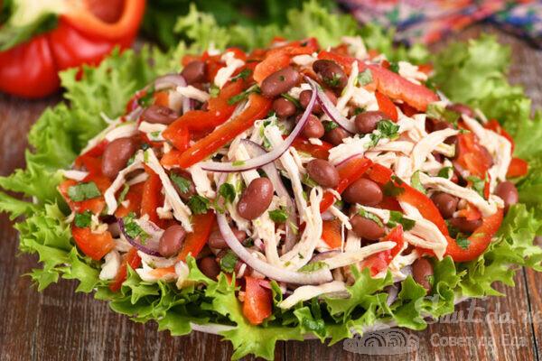 Куриный салат с фасолью и перцем