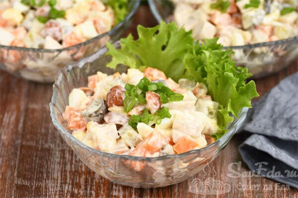 Куриный салат с грибами и жареными овощами