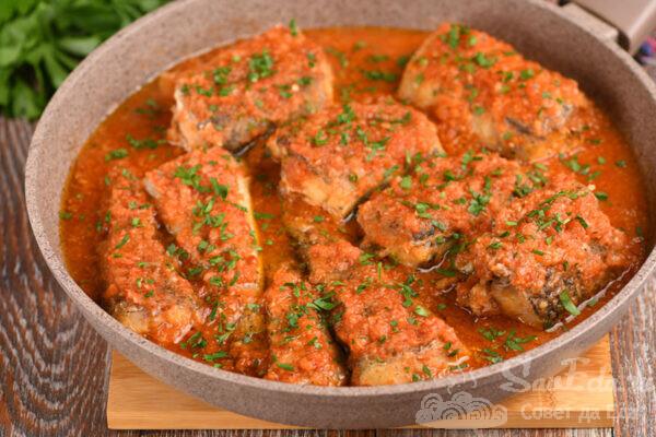 Минтай в соусе из помидоров и перца