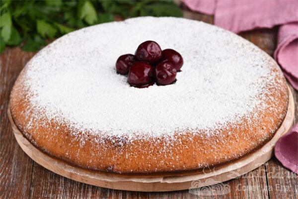 Заливной пирог с ягодами на сковороде