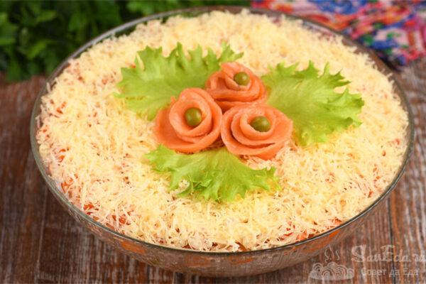 Салат с красной рыбой и рисом слоями