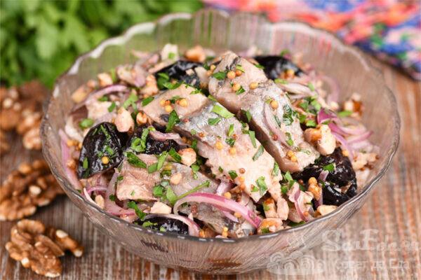 Селедка с черносливом и грецкими орехами