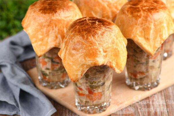 Свинина с овощами и грибами в стаканах из теста