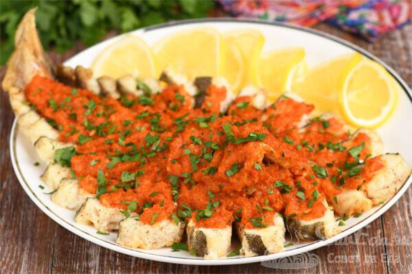 Треска под овощным соусом в духовке
