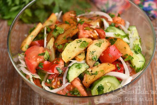 Овощной салат с жареной картошкой