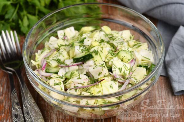 Салат из молодой капусты с пикантной заправкой