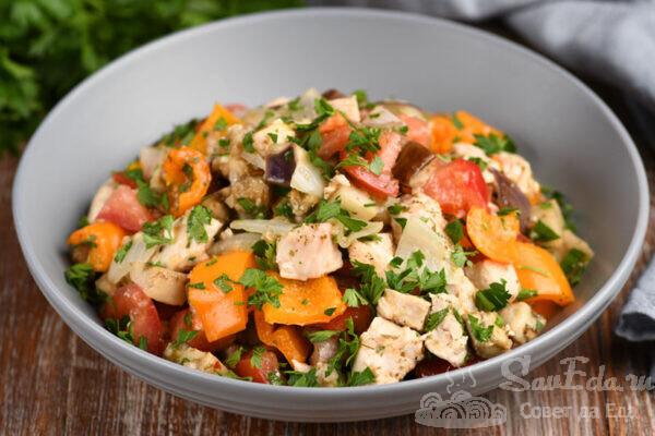 Куриный салат с овощами в духовке