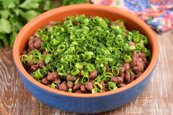 Красная фасоль с чесноком и зеленью