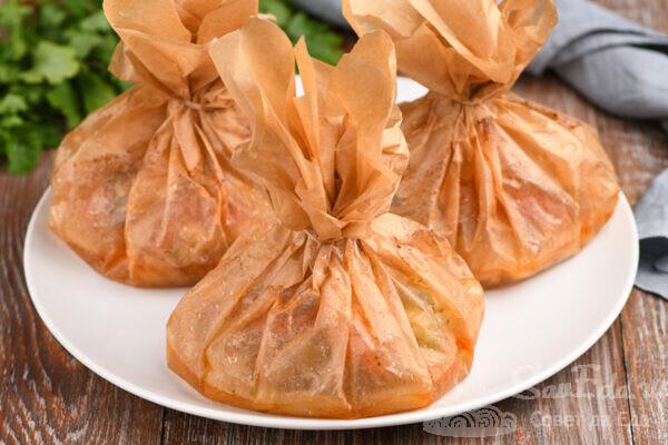Мешочки с курицей и овощами в духовке