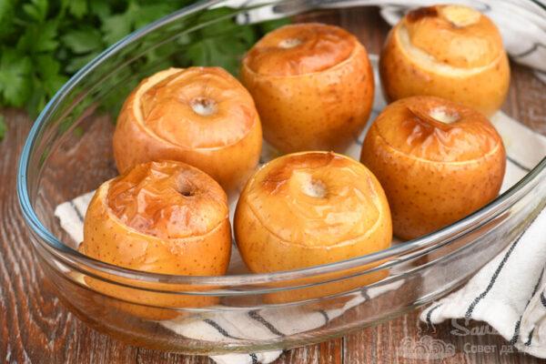 Запеченные яблоки с яйцами и сливками